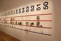 会場の壁面には、1950年から2007年までの各シーズンのトピックが並ぶ。