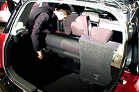 タンブルフォールディング式リアシートを折りたたむシーンが動画に収められてます。