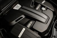 エンジンスペックは、W12のそれを68ps、4.1kgmを下回るものの、0-100km/hは4.9秒(GTCは5.0秒)、最高速度は303km/h(同301km/h)の実力を持つ。
