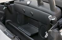 シートの後ろにはハンドバッグなどが置けるリアラゲッジトレイが備わり、トランクスルー機能により荷室へのアクセスも可能。