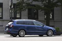 6代目となる現行パサートは、「アウディA4」と車台を共用していた5代目までと異なり、「ゴルフ」がベース。従来型までのエンジンを縦置きするレイアウトから、より一般的な横置きレイアウトになっている。テスト車のビスケーブルーパールエフェクトというブルーのボディカラーはR36の専用色。