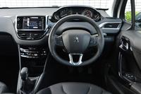 運転席からの眺め。ヘッドアップディスプレイをヒントに開発したという計器盤は、ステアリングホイール上方より見ることになる。