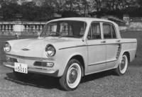 1961年に誕生した「日野コンテッサ900」。全長3795mmと「4CV」よりひとまわり大きくなったボディーは控えめなテールフィンを持ち、当時の日本車らしくアメリカ車の影響も感じられる。基本的なレイアウトは4CVから受け継ぐが、リアサスペンションは改められ、エンジンは新設計の893cc。
