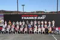 ホンダレーシングのライダー、ドライバー、チーム監督など総勢41名による記念撮影。