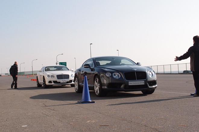 2012年1月。年明け直後のデトロイトショーで世界初公開されたばかりの「ベントレー・コンチネンタルGT V8」が、早くも日本上陸。そのパフォーマンスを確かめるプチ試乗会が、神奈川県の大磯町で開かれた。写真手前に見えるのがそのニューモデルで、奥に見えるホワイトの車両は、既存のW12エンジン搭載モデル「コンチネンタルGT」。
