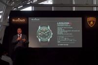 「L-レボリューション スプリットセコンド フライバック クロノグラフ」について説明するブランパンのアラン・デラムラ副社長兼マーケティング責任者。価格は540万7500円。