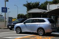 撮影の帰りには、第三京浜・都築パーキングエリアの急速充電スポットで、くしくも一般ユーザーの「三菱アウトランダーPHEV」と鉢合わせ。電気自動車やプラグインハイブリッド車の普及が進むと、今後は充電スポットでのトラブルが増えるかもしれない。