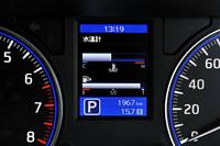 メーターの間には、カラー表示の車両情報ディスプレイが備わる(プレミアムGXとGXに標準設定)。燃費、走行可能距離、水温などが表示される。