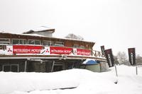 試乗会は長野県の観光地、蓼科高原の女神湖にて開催。ふだんは一般向けの氷上走行会も実施されている。