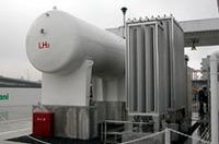 左にあるのが、1万リッターの液体水素を貯蔵するタンク。「液体水素タンク」の燃料電池車へは、ここから直接水素が供給される。一方の「高圧水素タンク」型には、右のパイプ状の装置で気化された水素が充填される