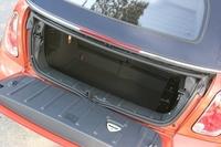 リアシートバックはフォールディング可能で、トランクの奥行きを拡大できる。 (H)