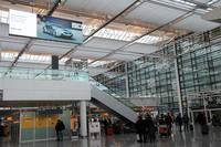 ミュンヘン空港第2ターミナルには、やはり地元BMWの広告が。「i」シリーズの本気さが伝わる。