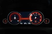 走行モードに応じて表示が変わるマルチディスプレイメーターパネル。