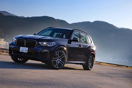 「BMW X5」のハイパフォーマンスモデル「M50i」に試乗。最高出力530PSを生み出す4.4リッターV8ツインターボ...