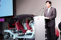 「革新の未来形スモールである i には、軽自動車の枠にとどまらない新技術を投入している」と、新型車に自信をみせる、三菱自動車工業の益子修社長。