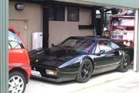 """筆者が9年前に乗っていた、""""ヨーコ様""""こと黒の「フェラーリ328GTS」。スルタンにしては、自宅駐車場が狭い。"""