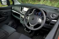 「ワゴンRスティングレー X」のインパネまわり。今回のマイナーチェンジでは装備の強化も図っており、ターボ車の「スティングレー T」には新たにクルーズコントロールを採用した。