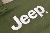 中央には、白の「Jeep」ロゴ。ペイントではなく刺しゅうで仕立てられています。