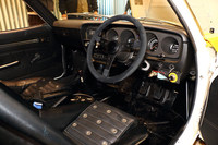 ダッシュボードなどには、競技車両のベースとなった市販モデルの面影が残っている。