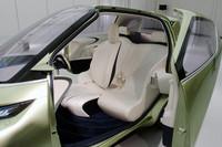 乗車定員は3名。運転席はセンターに置かれる。