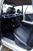 ロング・ホイールベースとFFゆえのフラットフロアにより、後席の居住性はすばらしい。深く、厚みのあるサイドシルからも推測されるように、ボディはドイツ車らしくガッチリしている。分厚いシートもゲルマン的である。