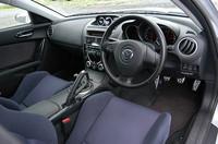 油圧や油温などを表示する3連メーター(13.7万円)や、スポーツシート(16.2万円)などを装着したインテリア。