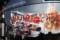 9月2日にチーム創立50周年を迎えたマクラーレンは、モーターホームも特別仕様に。イタリアGPでは復調著しい「MP4-28」で2台ともQ3進出を果たし、セルジオ・ペレス8位、ジェンソン・バトン9位。レースではバトンが10位入賞、ペレスは12位完走となり、バースデイプレゼントは1点(だけ)だった。(Photo=McLaren)