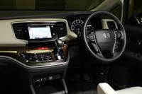 ダッシュボードもシートも真っ黒な「アブソルート」に対し、標準車はシートやインパネなどにアイボリー、木目調パネルにブラウンを採用している。