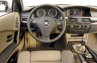7シリーズで採用され、大いに話題となった「iDrive」が、ニュー5シリーズにも使われる。運転中に必要な情報をドライバーの目線の高さに表示する「ヘッドアップ・ディスプレイ」も新しい。