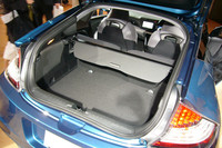 荷室は、簡単なレバー操作でフルフラットにすることができる。容量は最大401リッター。