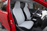 乗用モデルの前席には、ライトブルーの表皮にホワイトのパイピングを組み合わせたシートを採用。上級グレードの「S」「X」には、運転席にシートリフターが装備される。