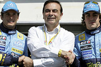 ルノーのトップとしてGP初お目見えとなったカルロス・ゴーン(中央)とルノードライバー。(写真=ルノー)