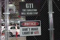 ブースは四方がご覧のような金網で覆われ、「GTI」のイメージを訴求するパネルで飾られていた。