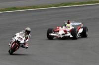 「異種格闘技走行」でバトルを展開するラルフの「TF106」とノリックの「YZR-01」。コーナリングスピードに勝るF1のラルフが、カウンターを当てながらノリックをアオっている。
