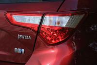 リアコンビランプのそばには、モデル名「JEWELA」のロゴとハイブリッド車であることを示すエンブレムが添えられる。