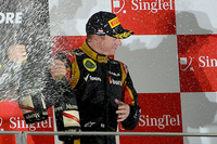 この週末、背中の痛みから出走取りやめも考えられたというロータスのライコネン。痛み止めを打ち、ただでさえ過酷なシンガポールの長い夜を戦い抜いた。予選13位からポイント圏内に駒を進め、そしてセーフティーカーを好機に4位に。レース終盤にはジェンソン・バトンをコース上で仕留め3位表彰台を獲得した。(Photo=Ferrari)