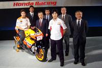 4輪部門に先立ち、2輪のモータースポーツ体制も発表された。 最高峰クラス「MotoGP」で戦う、ニッキー・ヘイデン(マシン上)と中野真矢(写真中央)が会場に姿を見せた。