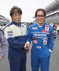 スペシャルイベントの前に行われたグリッドウォークで、星野氏とガッチリ握手を交わしているのは、82年には「BMW M1」で富士スーパーシルエットの、87年には「フォード・シエラRS500」で全日本ツーリングカーのチャンピオンに輝いた長坂尚樹氏。「お互い歳とったねえ」と言い合いながらも、「R32GT-R」と「シエラ」で揃って大暴れ。