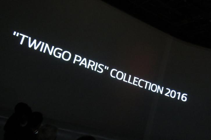 """スクリーンに浮かぶ「""""TWINGO PARIS""""COLLECTION 2016」の文字。新型「ルノー・トゥインゴ」の発表会は、ファッションショーを模した形で開催された。"""