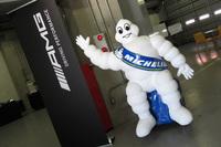 ピット内にビバンダム君を発見! なぜ彼が会場にいるのかというと、ミシュランが「AMGドライビングアカデミー」を全面サポートしているからだ。