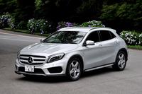 メルセデス・ベンツGLA250 4MATICスポーツ     ボディーサイズ:全長×全幅×全高=4455×1805×1495mm/ホイールベース:2700mm/車重:1580kg/駆動方式:4WD/エンジン:2リッター直4 DOHC 16バルブ ターボ/トランスミッション:7AT/最高出力:211ps/5500rpm/最大トルク:35.7kgm/1200-4000rpm/タイヤ:(前)235/50R18 (後)235/50R18/車両本体価格:499万円