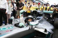 予選で宿敵ハミルトンに負け2位に甘んじたロズベルグ。スタートで今度はフェラーリに先行を許し3位に落ちるも、早めのタイヤ交換でアンダーカットに成功し2位、そして赤旗中断を機にミディアムタイヤに履き替えたことで、レース終盤、トップに躍り出た。悲願の初タイトルに向けて好発進を切った。(Photo=Mercedes)