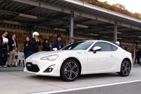 富士スピードウェイのショートコースで行われた「トヨタ86」の試乗会。ご覧のとおり、海外からの参加者の姿も。