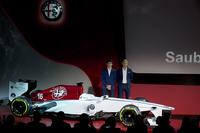 2017年12月2日、ミラノで開かれた発表会でお披露目された「アルファ・ロメオ・ザウバーF1チーム」の来季向けカラーリングイメージ。フェラーリの最新型パワーユニットがおさまる予定のカウルには、大きなアルファのエンブレムがあしらわれている。2018年のドライバーは、チームと深い関係を持つといわれるマーカス・エリクソン(写真右)と、今季F2チャンピオンとなったシャルル・ルクレール(同左)という布陣。フェラーリはイタリア人アントニオ・ジョビナッツィも強く推したようだが、結果エリクソンが残留、ジョビナッツィはサードドライバーに。このあたりにザウバーとフェラーリの駆け引きの跡が見て取れる。(Photo=Sauber)