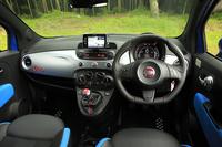 マニュアルトランスミッションを搭載した「500S」のインテリア。内装色には、ブルー/ブラック、レッド/ブラックの、2種類のツートンカラーが用意される。