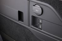 後席は、荷室側面のスイッチ(写真中央)を操作することで、左右別々に畳むことができる。