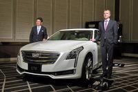 「キャデラックCT6」とキャデラックのチーフマーケティングオフィサー、ウヴァ・エリングハウス氏(写真向かって右)、ゼネラルモーターズ・ジャパン代表取締役社長の石井澄人氏(同右)。
