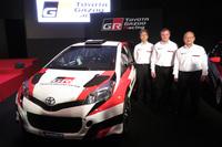 2017年のWRC参戦へ向けて開発が進められている「ヤリス(日本名『ヴィッツ』)」の競技車両と、(写真右から)トヨタの嵯峨宏英専務、トミ・マキネン氏、TMGの佐藤俊男社長。