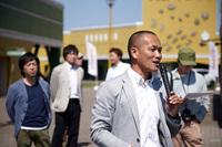 「リーフ」での走り方をレクチャーする日産自動車 車両実験部の河本晃一さん。河本さんは、全日本ジムカーナに参戦する現役のドライバーでもある。