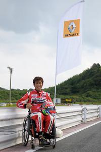 青木拓磨選手は今回は手だけで運転できるカートを駆って参戦した。普段はルノー・ジャポンのサポートにより、手だけで運転できる「コレオス」に乗っているそうだ。